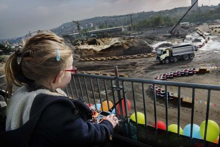 In dem jüngsten Live-Test von Volvo Trucks steuert die vierjährige Sophie auf einer abgesperrten Baustelle per Fernbedienung einen Volvo FMX. Mit dem Test soll gezeigt werden, wie kraftvoll der Lkw ist und wie leicht er mit den anspruchsvollsten Umgebungen zurechtkommt