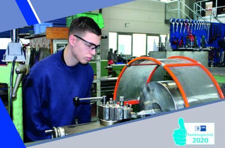 Azubi zum Industriemechaniker an der Drehmaschine