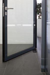 Der Bodentürschließer TS 550 NV-E im Integrierten Ganzglassystem von GEZE