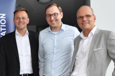 Zusammenarbeit besiegelt: Tomas Pfänder, Vorstand bei UNITY mit Stefan Bölte und Wolfgang Lubert von EnjoyVenture, dem Fondsmanager vom Technologiefonds OWL