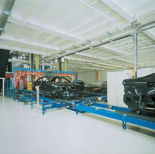 In den Produktionshallen der Automobilindustrie werden ableitfähige Bodenbeschichtungen eingesetzt, um Statikschäden zu vermeiden.