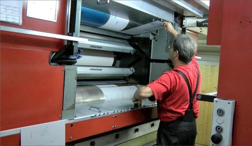 Wechsel der TRILLIAN SP Platten in einer der Druckeinheiten der Retrofit-Zeitungsoffsetrotation