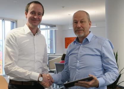 Dieter Jacobs, Director Operations bei LeasePlan Deutschland (rechts), übergibt die Verantwortung an seinen Nachfolger Dennis Geers