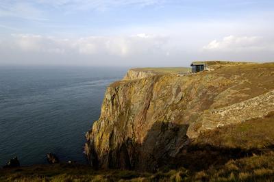 Quelle: ZinCo/Alumasc. Die steile Felsenküste prägt die Landschaft, deren natürliche Schönheit unbenommen ist. Gallie Craig kann vielerorts wegweisendes Beispiel sein für angepasstes, nachhaltiges Bauen.