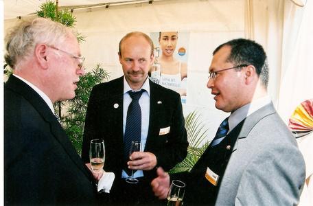 Auch der deutsche Botschafter in Madagaskar, Dr. Wolfgang Moser (links), nutzte die Gunst der Stunde, sich bei den beiden HaWi Mitarbeitern Wolfgang Bauer und Tanteliniaina Ramamonjisoa über die Firma HaWi zu informieren.