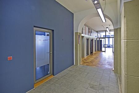 Die Akzentwand in Blau empfängt den Besucher auf dieser Etage. Sie korrespondiert mit den Flächen neben den Rundbogenfenstern im Treppenhaus, Foto: Caparol Farben Lacke Bautenschutz/Martin Duckek