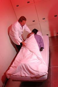 """Mit Hilfe der Gliederpuppe """"Charlie"""" werden die thermophysiologischen Eigenschaften konfektionierter Kleidung oder von Bettdecken gemessen. Durch Schlafversuche mit Testpersonen werden die Ergebnisse der Laboruntersuchungen bestätigt"""