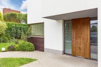 Mit hochwertigen Haustüren aus Holz gelingt die perfekte Verbindung von Natürlichkeit und Modernität. Das zeitlose Design überdauert alle Modetrends und ist optimal für langlebige Produkte geeignet.