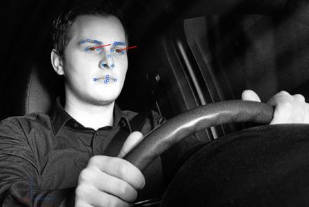 Die Kamera registriert, wenn der Fahrer seine Augen nicht auf eine potentiell gefährliche Situation gerichtet hat