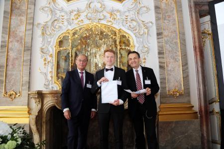 Verleihung des Studienpreises der SEW–EURODRIVE–Stiftung an Leonhard Lenk (mitte) durch die Stiftungsvorstände Prof. Dr. Sigmar Wittig (links) und Prof. Dr. Johann W. Kolar, Foto: SEW–EURODRIVE–Stiftung