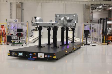 Die Messtechniker bestücken die Transportplatten mit entsprechenden Vorrichtungen und Teilen quasi hauptzeitparallel. Erst auf Knopfdruck beginnt die Fahrt in die vorgegebene Messzelle
