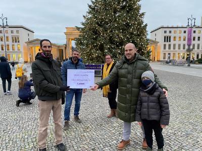 Michael Veit (vorne rechts) überreicht Itay Novik den symbolischen Spendenscheck über 5.000 €. Hinten: Björn Trautwein (B.Z.) und Susanne Weiß, Geschäftsführerin des Projektträgers MORUS14 e.V. Bildquelle: lekker Energie