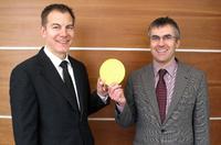 Erfolgreich in der Lizenzierung der Patente auf Multilochschleifscheiben: Daniel Papst, Geschäftsführer der Papst Licensing GmbH & Co. KG (li), und Tobias Kessler, Syndikus der Papst Licensing GmbH & Co. KG