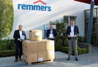 Remmers Vorstandsvorsitzender Dirk Sieverding und Bereichsleiter Personal Jürgen Jahn übergeben Atemschutzmasken an den Löninger Bürgermeister Marcus Willen / Bildquelle: Remmers, Löningen
