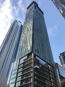 Skytower Victoria One in Melbourne: Gelungenes Beispiel für das verdichtete Wohnen und Parken in der City. Im Multiparker 740 von WÖHR beträgt die Fläche pro Stellplatz lediglich ca. 2,8 m², die Gebäudefläche wird optimal genutzt.