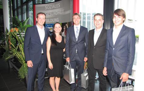 Christoph Wechsler (Mitte) mit zwei weiteren Preisträgern. Übergeben wurde der Preis von Johannes Krebs und Angela Distler (v.l.)
