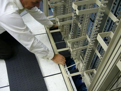 Der Daxten CoolControl Xpand lässt sich mit wenigen Handgriffen montieren und verhindert ein Entweichen von Kühlluft an Ausschnitten im Doppelboden.