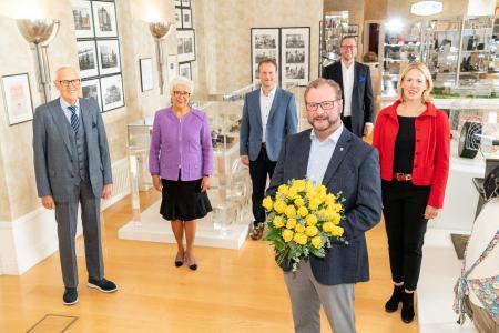 Mit einem Strauß gelber Rosen wurde der langjährige Espelkamper Bürgermeister Heinrich Vieker (vorne) von Dietmar und Margrit Harting (v. l.) und Philip Harting und Maresa Harting-Hertz (v. r.) verabschiedet. Beste Wünsche gab es für das neue Stadtoberhaupt Henning Vieker (hinten Mitte)