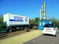 Bislang wurden die Methangase der Deponie abgefackelt. Jetzt werden sie thermisch verwendet und über einen mobilen PCM-Latentwärmespeicher im Sattelaufleger zur Bezeizung von zwei Schulen genutzt.