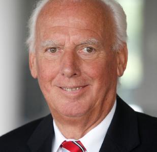 Prof. Dr. h.c. Josef Kurz war von 1989 bis 2006 als Geschäftsführer der Gütegemeinschaft sachgemäße Wäschepflege e.V. eingesetzt. Er widmete sich als Direktor und wissenschaftlicher Leiter des Arbeitsbereichs Textilreinigung und gewerbliche Wäscherei bei Hohenstein auch viele Jahre lang den Herausforderungen der Textilservice-Branche. © Hohenstein
