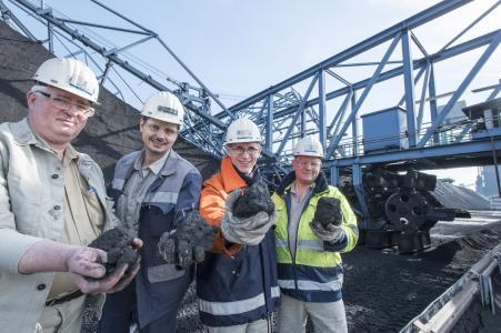 Grubengold: Aus der ganzen Welt kommt die Kohle nach Duisburg, wo sie in der Kokerei zu Koks umgewandelt wird. Dieser wird für die Hochöfen der Stahlproduktion auf dem Werkgelände von thyssenkrupp benötigt