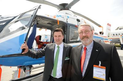 Matthias Holsten, Geschäftsführer der Plath EFT mit Ludger Penkhues, Vice President von Autoflug und 2ter. Vorsitzender der COG e.V. Deutschland auf der ILA / ISC Berlin Air Show 2010. Beide Unternehmen sind feste Partner, wenn es um das Bauteil-Management geht – organisiert über den COG e.V.