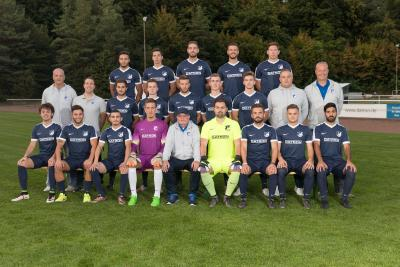 Dr. Brüsch with the first men's team of SV Traisa in their new DATRON jerseys