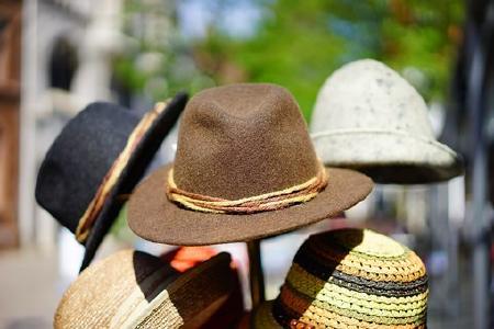 Aus der Vielzahl der Hüte einen bedarfsgerecht auswählen
