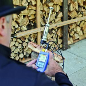 The new AFRISO MFM 22 moisture measuring instrument allows the user to select from 400 wood characteristics and 28 construction material characteristics by simply pressing a button. A Favourites function with frequently measured firewood types and wood chips makes day-to-day use a lot easier. (Photograph: AFRISO)
