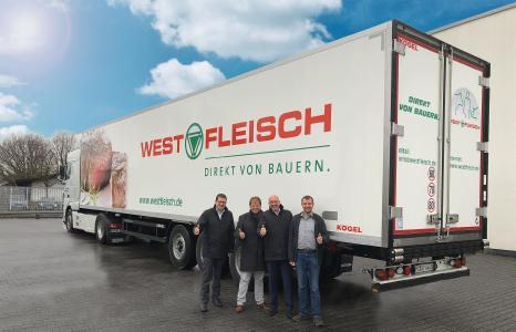 from left to right: Jens Schroth, Sales Manager for the DACH region at Kögel, Jürgen Wemhoff, Managing Director at WETRALOG, Josef Warmeling, Managing Director of Kögel, and Tobias Künne, Fleet Manager at WETRALOG, in front of a Kögel Cool – PurFerro quality in the Westfleisch design