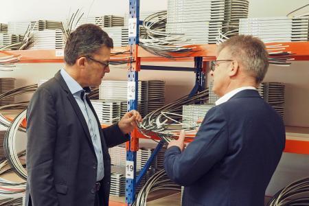 MdB Roderich Kiesewetter im Gespräch mit Ralf Hammer über Module, die für den Glasfaserausbau notwendig sind