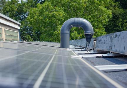 Die neuen Schwanenhals-Verschlussmanschetten von FLECK eignen sich hervorragend, um zum Beispiel die Kabel einer Photovoltaik-Anlage in das Gebäudeinnere zu verlegen.