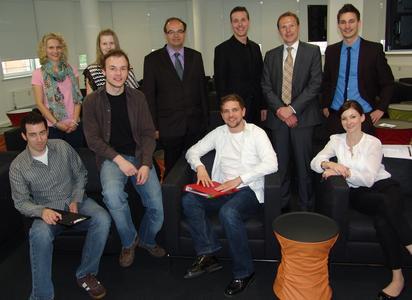 Ein ausführliches Briefing im SELLBYTEL-Headquarter in Nürnberg bildete den Auftakt der Kooperation zwischen Hochschule und Unternehmen. SELLBYTEL-Geschäftsführer Christoph Thieme (2. v.r. oben), Roberto Eichinger (3. v.l. oben) und Dr. Johannes Heil (3. v.r. oben) von der Hochschule Ansbach gaben zusammen mit Studierenden und SELLBYTEL-Vertretern den offiziellen Startschuss der Kooperation
