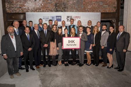 Die diesjährigen Landesbesten der Industrie- und Handelskammer Karlsruhe gemeinsam mit BWIHK- und IHK-Präsident Wolfgang Grenke (2.v.l.), Alfons Moritz, stellv. IHK-Hauptgeschäftsführer und Geschäftsbereichsleiter Aus- und Weiterbildung (rechts) sowie Vertretern der Ausbildungsbetriebe