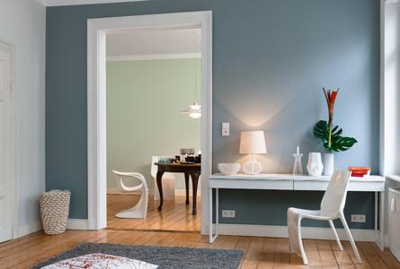 Wände in hellem, lichtem Blau, Grün und Grau erzeugen im Zusammenklang mit den warmen Holzdielen eine Atmosphäre sinnlicher Klarheit. Nicht nur Freunde des hohen Nordens fühlen sich in diesem freundlichen Ambiente ganz zuhause. Foto: Caparol Farben Lacke Bautenschutz