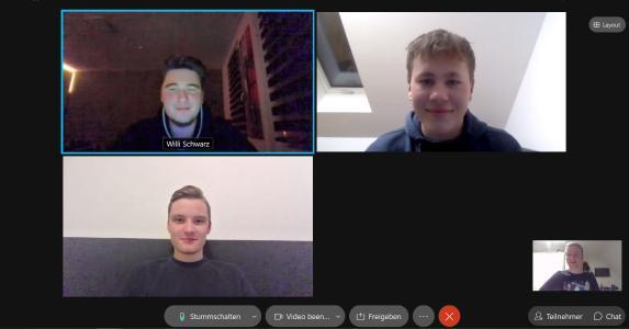 In Videokonferenzen kann sich Dennis Riemer (unten rechts) mit seinen Azubi-Kollegen, aber auch mit den Ausbildern austauschen, Foto: WEMAG