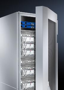 Das Liquid Cooling Package (LCP) Hybrid besteht aus einem großflächigen Hochleistungs-Luft/Wasser-Wärmetauscher, der als passive Rücktür eines Serverschranks die Kühlung der installierten IT-Komponenten übernimmt  (Quelle Rittal GmbH & Co. KG )