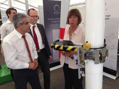 Ulla Schmidt bestaunt die SMART-Plattform auf dem 24. Innovationstag Mittelstand (BMWi)