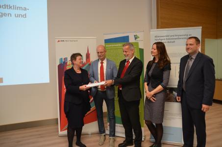 Die vom Deutschen Wetterdienst (DWD) aufbereiteten Ergebnisse wurden heute offiziell an Umweltministerin Claudia Dalbert übergeben. Quelle: Stadtwerke Halle GmbH
