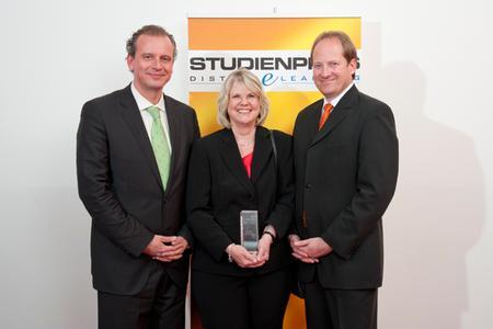 Studienpreisträgerin Karin Wien mit Jörg Dieckmann, Laudator des ILS Institut für Lernsysteme (l.), und Dr. Martin H. Kurz, Präsident des Forum DistancE-Learning (r.)