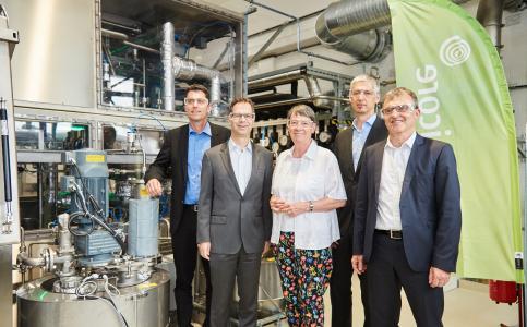 Bundesministerin Barbara Hendricks besichtigt gemeinsam mit der Umicore-Geschäftsleitung und MdB Dr. Sascha Raabe (1.v.l.) die neue Produktionsanlage