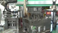 Bild 3: Spritzgießwerkzeug auf dem Drehteller während der Bestückung/Entnahme. (Quelle: IFK Automation, Balingen)
