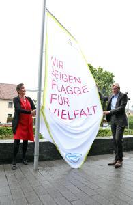 """Wolf-Henning Scheider, Vorstandsvorsitzender der ZF Friedrichshafen AG, mit Personalvorstand Sabine Jaskula unter der Flagge der """"Charta der Vielfalt"""", Bild: ZF"""