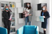 Glückwunsch und Präsentübergabe (v.l.n.r.): Anke Höfer (CEO), Vanessa Tomaszewski und Sabine Cox (Leiterin Personal) / Foto: CONET