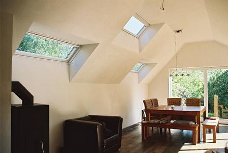 Nach Norden kleinere Dachflächenfenster, zur Terrasse eine großzügig verglaste Schiebetür: So holt man Licht ins Haus, ohne Nachbarn Einblick zu gewähren. (Foto: Britta Clemens)