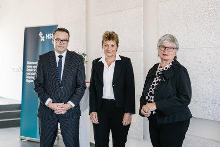Christiane Claus (Mitte), Kanzlerin der Hochschule Bremen, eingerahmt von Wissenschafts-Staatsrat Tim Cordßen-Ryglewski und Rektorin Prof. Dr. Karin Luckey