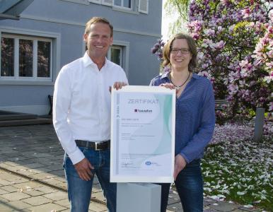 Michael Schenk, Mitglied der Hauraton Geschäftsleitung, und Qualitätsmanagement-Beauftragte Claudia Rimat präsentieren das neue Zertifikat.