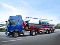 In Fahrzeugen wie diesem 60-Kubikmeter-Edelstahl-Kippsilo transportiert die Greiwing logistics for you GmbH rieselfähige Lebensmittel. Jetzt wurde das Unternehmen auch an seinem Standort in Duisburg nach dem internationalen Standard IFS Food 6.1 zertifiziert (Foto: Greiwing)