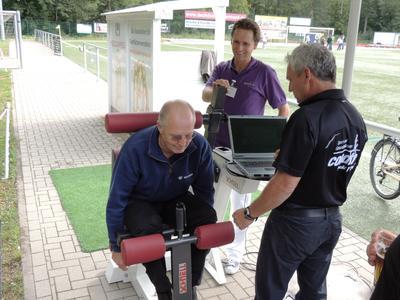 Auch Geschäftsführer Dieter Fuchs ließ seine Rückenmuskulatur messen
