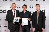Ranga Yogeshwar gratuliert Plan Software: Axel Biewer, einer der geschäftsführenden Gesellschafter der Plan Software (links), und Andreas Hüller, Produktmanager (rechts) erhalten in Berlin von TV-Moderator Ranga Yogeshwar für die Plan Software die Auszeichnung TOP 100 - Innovator 2013